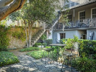 Stay Local in Savannah: Bright, spacious bungalow with large shared courtyard