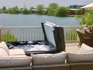 'La Perla del Sur' Lakeside Lodge with Hot-Tub