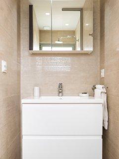 La villa a 1 salle de bain avec baignoire et douche et 2 salle d'eau avec douche.
