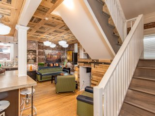 Unique 2-story Loft, Sleeps 7, DOWNTOWN, Walkable!