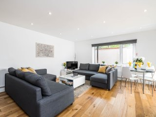 HUGE 4 Bed Ground Floor Apt in ZONE 1 LONDON with Parking - PERFECT for families