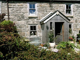Grenfells Cottage. Pet friendly, dog proof gardens. Outdoor dining. Pub close by