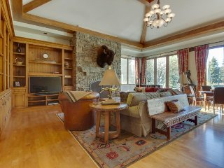Luxurious, secluded house w/ private hot tub, gym, game room & mountain views!