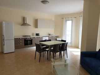 Modern 2 Bedroom Apartment 30 metres to Seafront