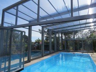 maison vacances 12 personnes,piscine chauffée ext / int, 2km océan et BIARRITZ
