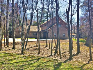 Wooded Retreat.Sleeps 18.Hot Tub ,Pool Table, Foosball, Wifi, Cbl, Card Tbl Room