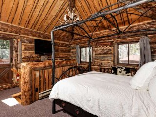 Aspen cabin in the woods with wood fireplace, private outdoor hot tub. New