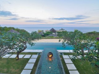 Beautiful  staffed villa with infinity pool. Stunning view of the Indian Ocean, Ungasan