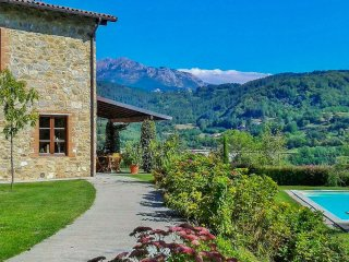 La Vinca, gorgeous mature garden, private pool, mountain views, WIFI.