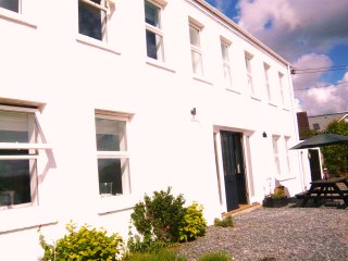 CLOSE TO PADSTOW & MANY BEACHES -LOVELY 5 BED, 6 BATHROOM HOUSE, Padstow