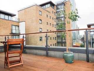 Stunning 3 Bedroom 2 Bathroom Canary Wharf Flat