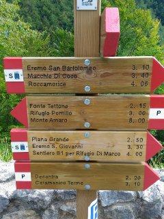 Le indicazioni dei sentieri stabiliti in maniera ufficiale dal Parco Nazionale Majella