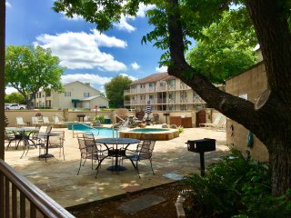 The Guadalupe Escape - 2BDR/2BTH - BOOK 2 WEEKDAYS, GET 1 FREE!
