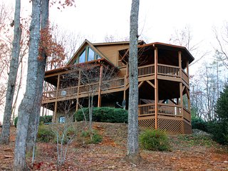 New to market!! Perfect mtn getaway with multi-layered views! Pet friendly