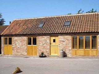 GINNY'S BARN, family-friendly, character holiday cottage, with a garden, Markham Moor