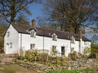 LLWYTHDER UCHA , four bedroom, family, walking, near Llanarmon, Ref 954476