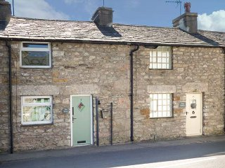 THE SNUG, one bedroom terraced cottage, enclosed patio, open fire, in Cartmel