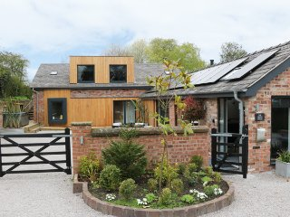 THE GREEN HOUSE, detached cottage, en-suites, woodburner, hot tub, in Sandiway