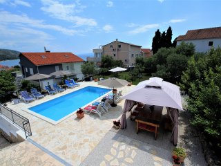 Villa Mendula-Apt.no.2 (first floor) with pool, Okrug Gornji