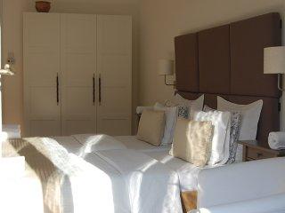 3 bedroom 2 bathrooms & balcony suit  in JEWISH quarter, AC , free minibar (HL)