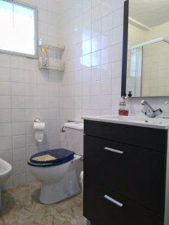 Baño con plato de ducha de 80*80 cm.