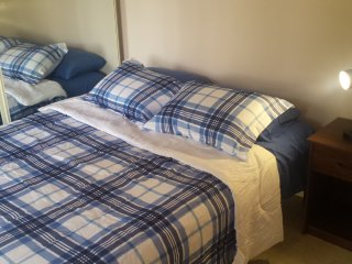 Room with balcony, free parking, pool, air mattress, 20 min to beach.