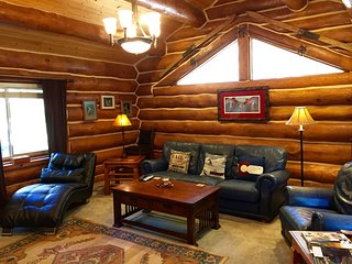 Log Home, Tucked Up Against Red Mountain,Walk to Downtown and Pool! JUNE SPECIAL