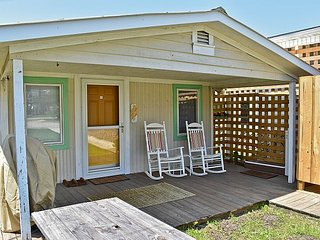 The Restin' Roost - SUMMER SAVINGS! UP TO $155 off!! Cozy Beach Bungalow!