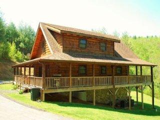 A New Outlook-Upscale Log Cabin, hot tub, Foosball table, private, near river