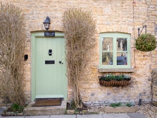 Forsythia Cottage, Sleeps 3, Free Parking, Centre of Village but Quiet