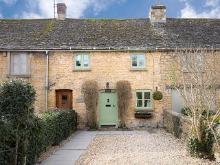 Forsythia Cottage, Sleeps 3, Free Parking, Centre of Village but Quiet