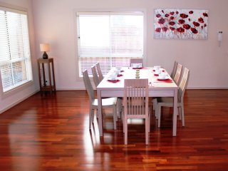 VILLA ROWAN - MELBOURNE SLEEPS 12, Modern & Spacious, Convenient Location