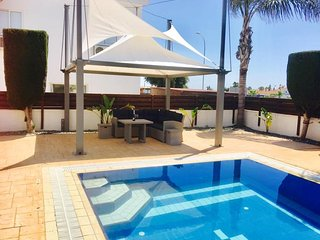 Villa Courtmoor - Detached luxury bungalow/villa with private pool & FREE WIFI
