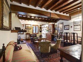 Antique Class apartment in Oltrarno {#has_luxurio…