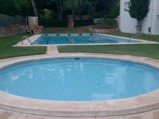 Precioso bajo con jardin privado, zona y piscina comunitaria, parking