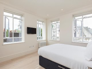 118. SPACIOUS 3BR FLAT OFF THE STRAND - WALKING DISTANCE TO COVENT GARDEN