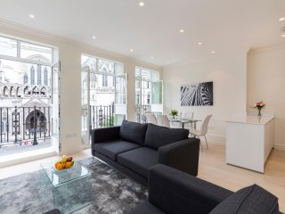 113. LUMINOUS 3BR WITH PRIVATE BALCONY AND CITY VIEWS - COVENT GARDEN AREA