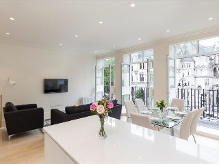 111. SPACIOUS 3BR COVENT GARDEN FLAT WITH PRIVATE BALCONY AND CITY VIEWS