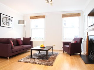 44. 3BR SPLIT-LEVEL MEWS HOUSE IN KNIGHTSBRIDGE - STEPS FROM HYDE PARK