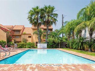LARGE FAMILIES! BAY FRONT town home condo, courtyard pool, & BOAT SLIP!!