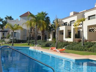 Poolside townhouse, patio, free wifi, free parking, communal pool