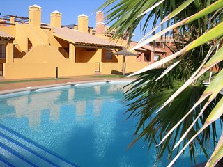 Bungalow w/private roof terrace and patio, free wifi, communal pool