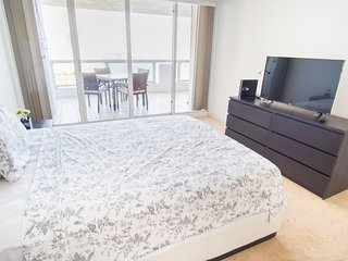 Luxurious Large One Bedroom w/balcony - Sleeps 5! Full Amenities! Book Now, Miami