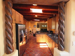 Beautiful Adobe Home Steps from Canyon Rd