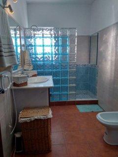 Baño completo , toallas, botiquin ,alfombra