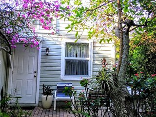 """Old Florida"" Garden Cottage With Shared Pool"