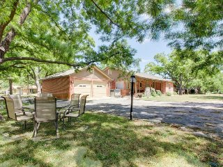 Charming, dog-friendly home with patio & gas grill - close to town!