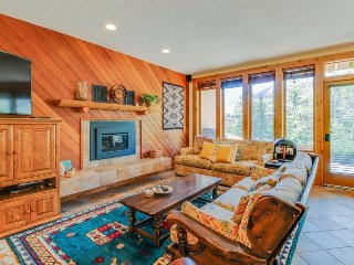 Alpine getaway w/shared seasonal pool and easy mountain access