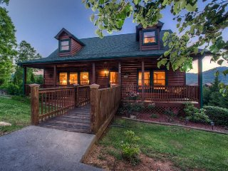Cabin w/ a private pool & hot tub, front & back decks, sweeping views!, Sevierville
