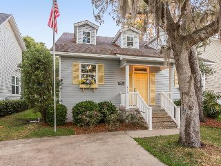 Dog-friendly home w/ enclosed yard - close to parks, shopping, & beaches!